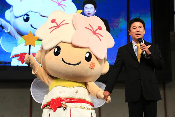 宇都宮のマスコットのミヤリーちゃんと佐藤栄一市長