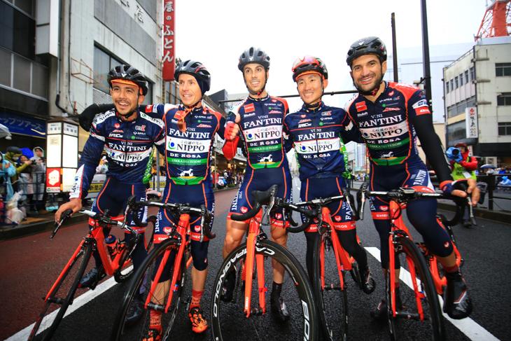 優勝したマルコ・カノラ(イタリア)を囲むNIPPO・ヴィーニファンティーニ
