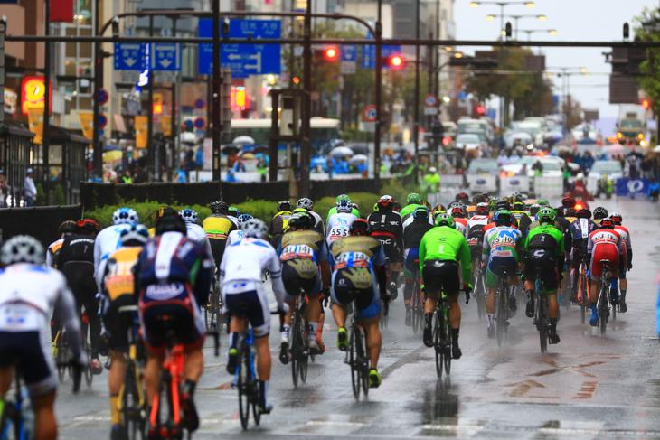 雨の宇都宮大通りを駆け抜けていくプロトン