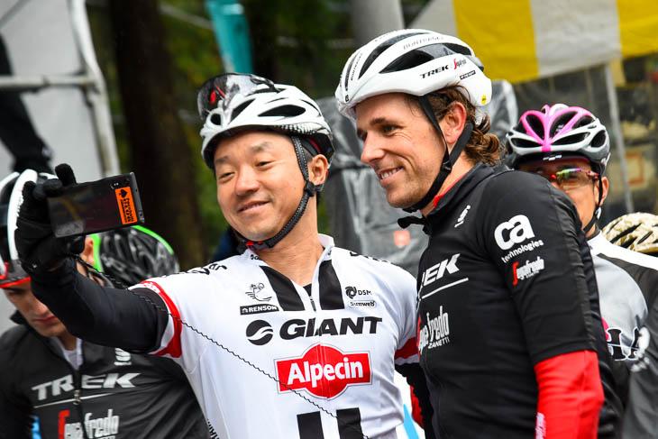 日本では中々合うことのできないワールドツアーの選手との記念撮影は一生の思い出となるだろう