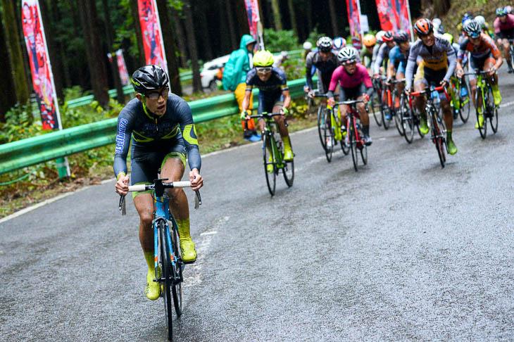 最終周回 メイン集団の先頭で古賀志を登る横塚浩平(LEOMOベルマーレ)