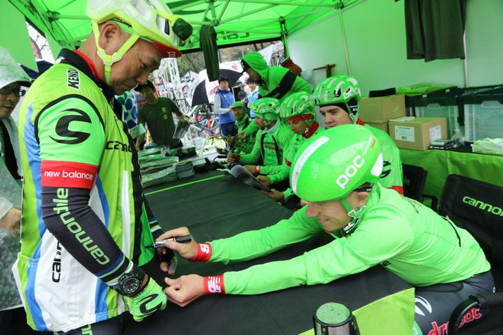 キャノンデールの全身コスプレ+バイクで来た人には喜んでサインを!