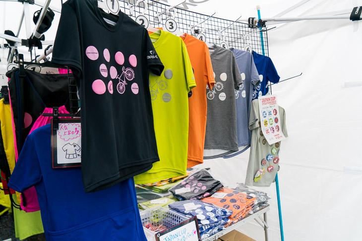 オンヨネブースではジャパンカップ公式Tシャツやサコッシュなどを販売