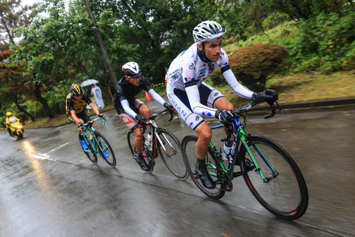 逃げるトマ・ルバ(フランス、キナンサイクリングチーム)、初山翔(ブリヂストン アンカー)、アントワン・トルーク(オランダ、ロットNL・ユンボ)
