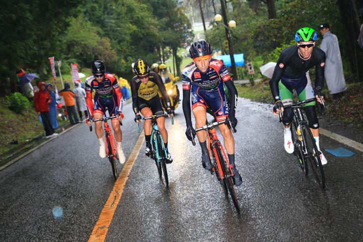 アイラン・フェルナンデス(スペイン、マトリックス パワータグ)とイヴァン・サンタロミータ(イタリア、NIPPO・ヴィーニファンティーニ)を含む追走4人が先頭3人を追い込んでいく