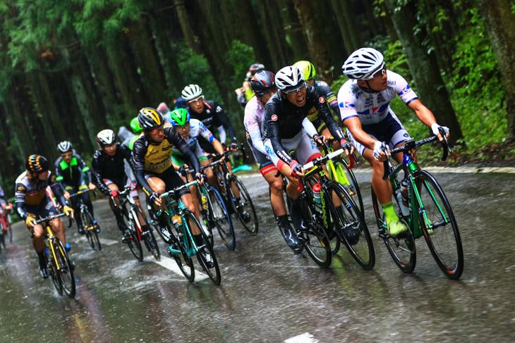 山本元喜(キナンサイクリングチーム)が牽くファーストアタックグループが古賀志林道を登る