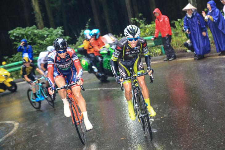10周目ラストの古賀志林道の登りでベンジャミン・プラデス(スペイン、チーム右京)とマルコ・カノラ(イタリア、NIPPO・ヴィーニファンティーニ)が抜け出しを図る