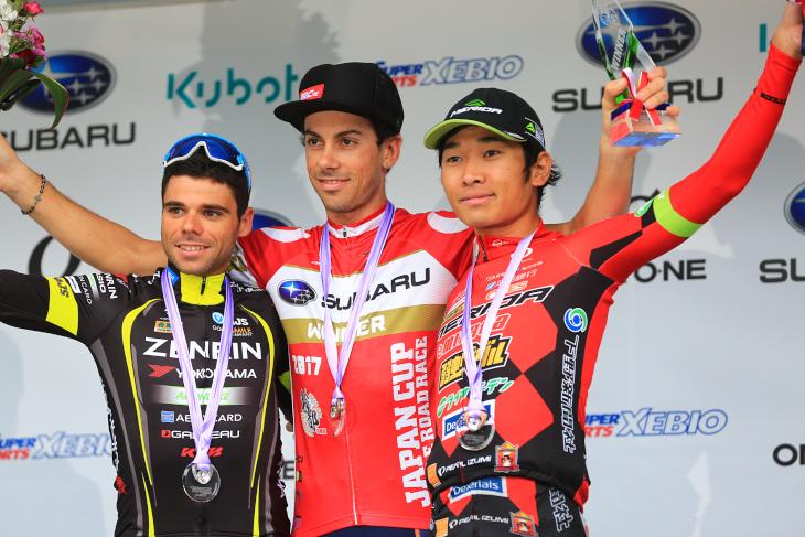 チャンピオンジャージを着るマルコ・カノラ(イタリア、NIPPO・ヴィーニファンティーニ)らトップ3