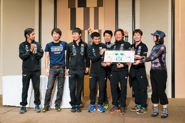 ジャパンナショナルチームから、選手のサイン入り香港チャレンジ記念プレートが当選した女性に贈られた