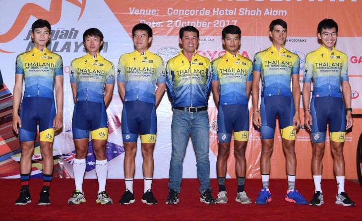 今季アジア大会で個人ロード3位となったナブティ・リーフォンユー(左から2番め)がいるタイランド・コンチネンタル・サイクリング・チーム