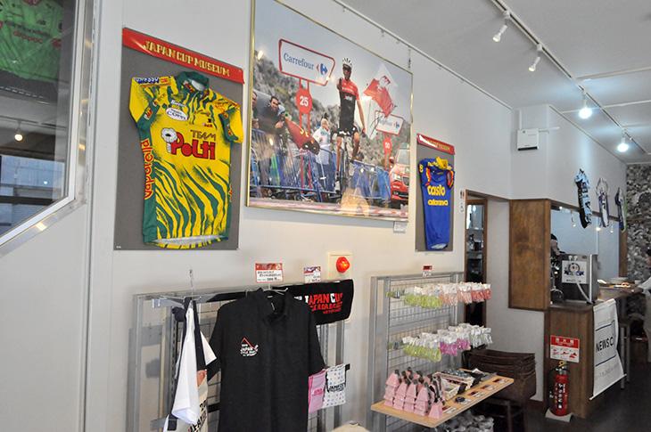 ジャパンカップミュージアム1階では、過去の大会の写真や出場チームのジャージの展示、オフィシャルグッズの販売をしている
