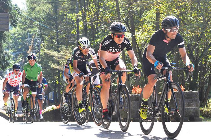 古賀志山山頂に向けて懸命に上るチャレンジ男子の選手たち