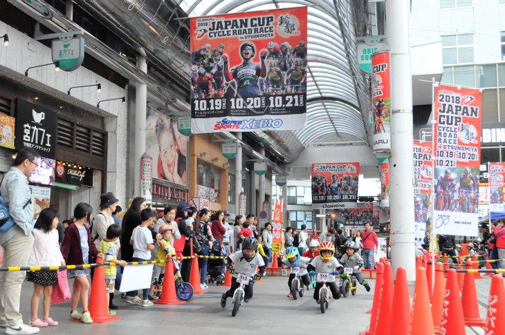 ジャパンカップ一色のオリオン通りを疾走するボーイズライダー