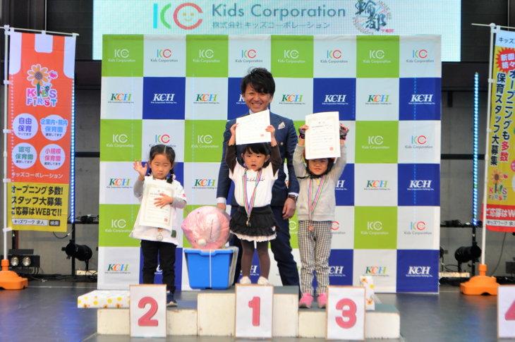 賞状を掲げて笑顔を見せる3歳女の子の入賞者たち