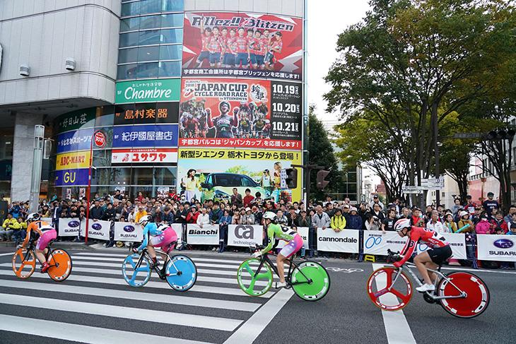 色鮮やかなガールズケイリンの選手たちが宇都宮大通りを駆け抜ける
