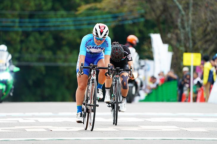 オープンレース女子、西加南子(LUMINARIA)とのスプリントを制した石上夢乃(横浜創学館高)
