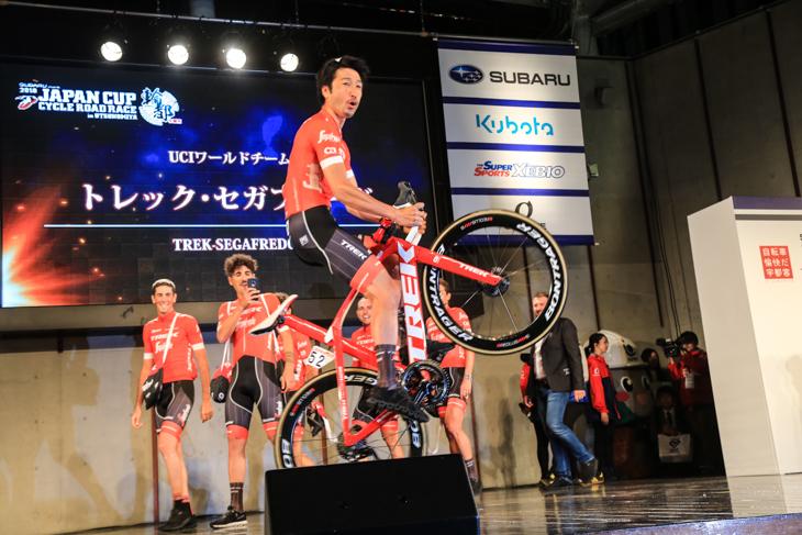 選手達がレースとは違った表情を見せてくれるチームプレゼンテーション