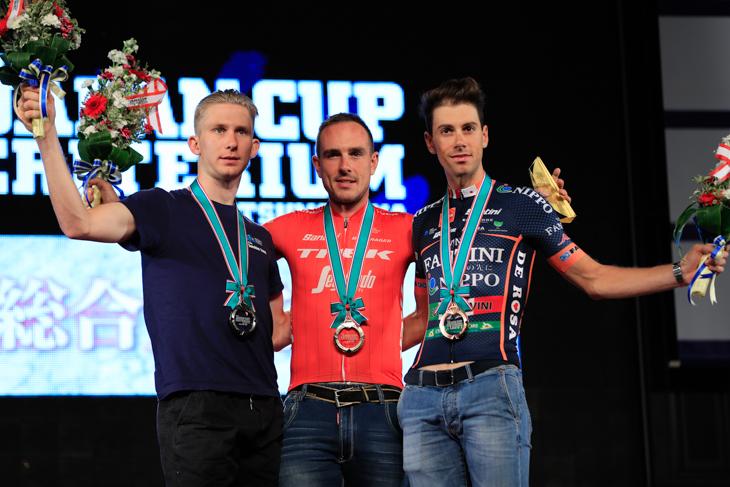 表彰台に上がるキャメロン・スコット(オーストラリア、オーストラリアン・サイクリングアカデミー)、ジョン・デゲンコルプ(ドイツ、トレック・セガフレード)、マルコ・カノラ(イタリア、NIPPOヴィーニファンティーニ・ヨーロッパオヴィーニ)