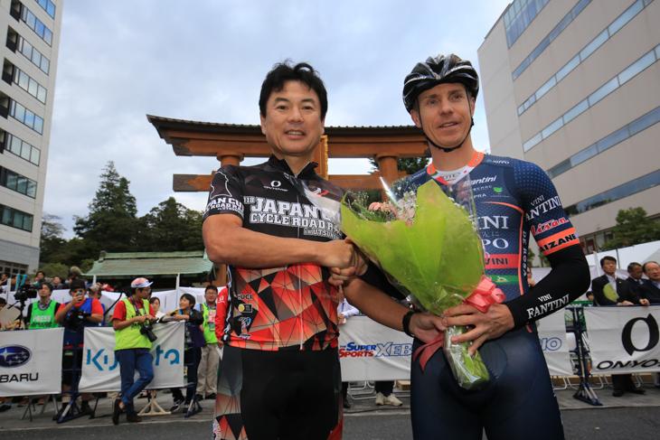 スタート前にはダミアーノ・クネゴの引退セレモニーが催され、佐藤市長から花束が贈呈された