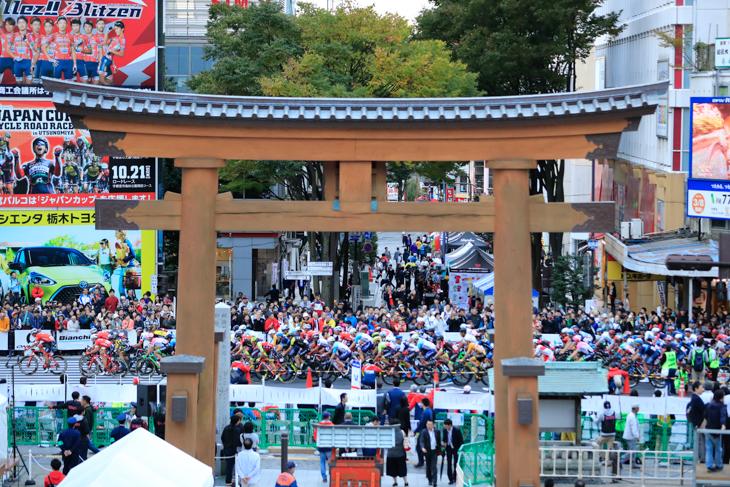 宇都宮大通り周回コースを駆け抜けるジャパンカップクリテリウム