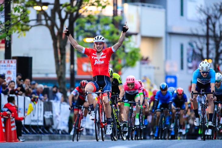 ジョン・デゲンコルプ (ドイツ、トレック・セガフレード)が差し切って優勝