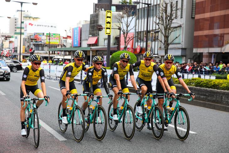 パレード走行するチーム・ロットNL・ユンボ