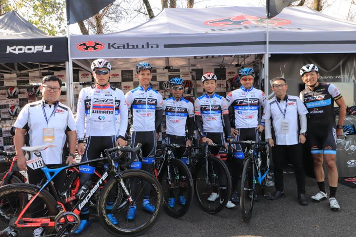 KABUTOのヘルメットをかぶるトレンガヌサイクリングチーム