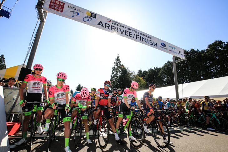 好天に恵まれたジャパンカップサイクルロードレースのスタート