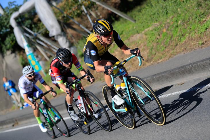 クーン・ボウマン(オランダ、チーム・ロットNL・ユンボ)がオスカル・プジョル(スペイン、チーム右京)とマルコス・ガルシア(スペイン、キナンサイクリング)に合流する