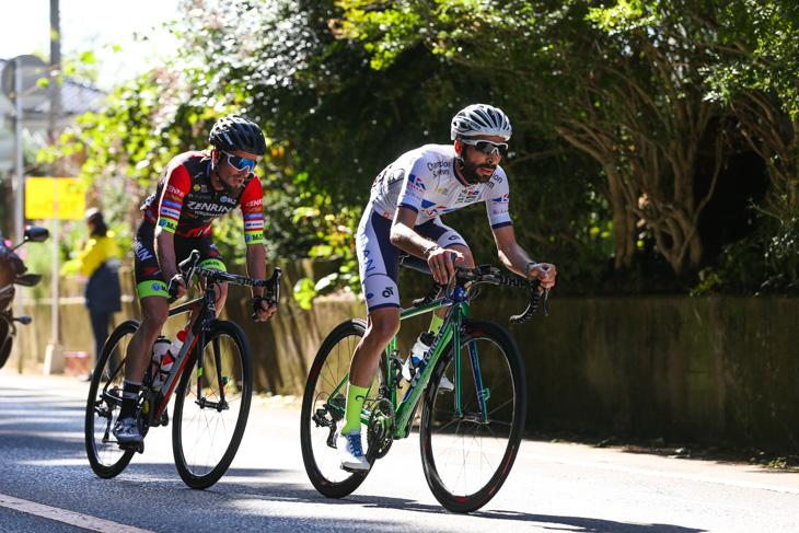 1周目から逃げるマルコス・ガルシア(スペイン、キナンサイクリング)とオスカル・プジョル(スペイン、チーム右京)