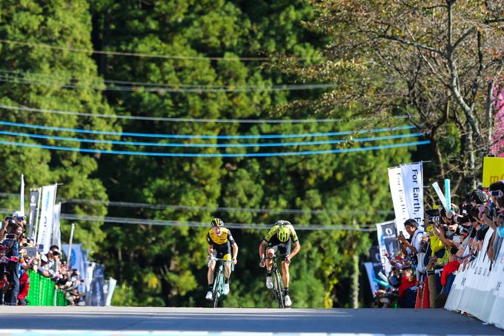 スプリントを繰り広げるアントワン・トールク(オランダ、チーム・ロットNL・ユンボ)とロブ・パワー(オーストラリア、ミッチェルトン・スコット)