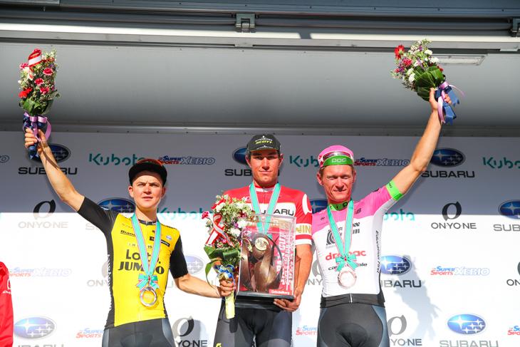 2位アントワン・トールク(オランダ、チーム・ロットNL・ユンボ)、1位ロブ・パワー(オーストラリア、ミッチェルトン・スコット)、3位マッティ・ブレシェル(デンマーク、EFエデュケーションファースト・ドラパック)