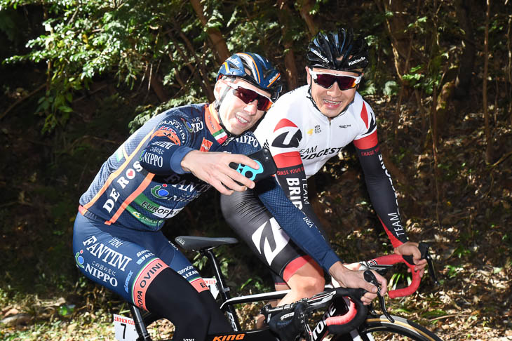 イヴァン・サンタロミータ(NIPPOヴィーニファンティーニ)とセルフィーする窪木一茂(チームブリヂストンサイクリング )