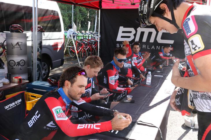 BMCレーシングはフリーラン終了後すぐにサイン会を行った