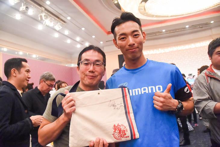 サコッシュに中田拓也(シマノレーシング)のサインをもらったファン
