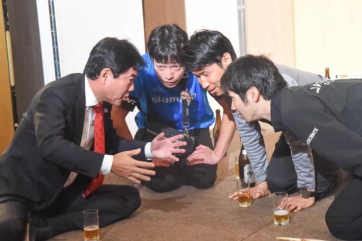 今年も開店「居酒屋・栗村」で、佐藤市長の話に聞き入る入部正太朗(シマノレーシング)と石上優大(ジャパンナショナルチーム)