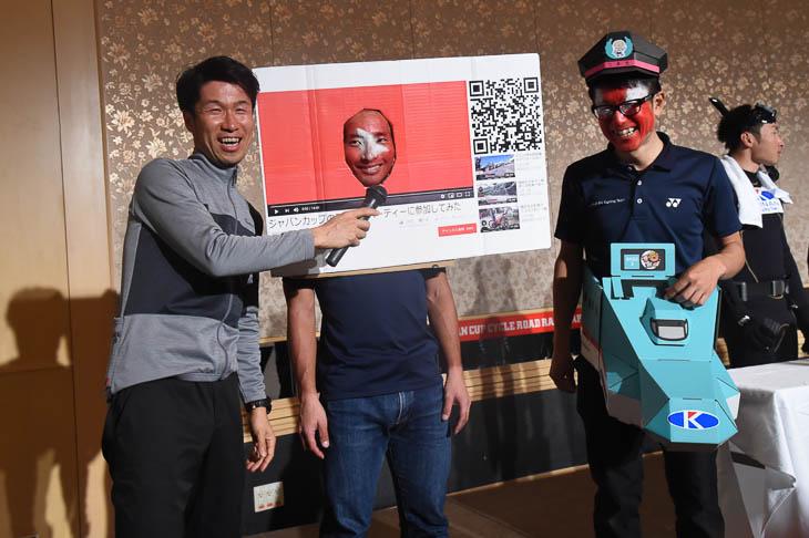 仮装で登場したキナンサイクリングチーム YouTubeに変装した全日本チャンピオン山本元喜と、新幹線「はやぶさ」の中島康晴