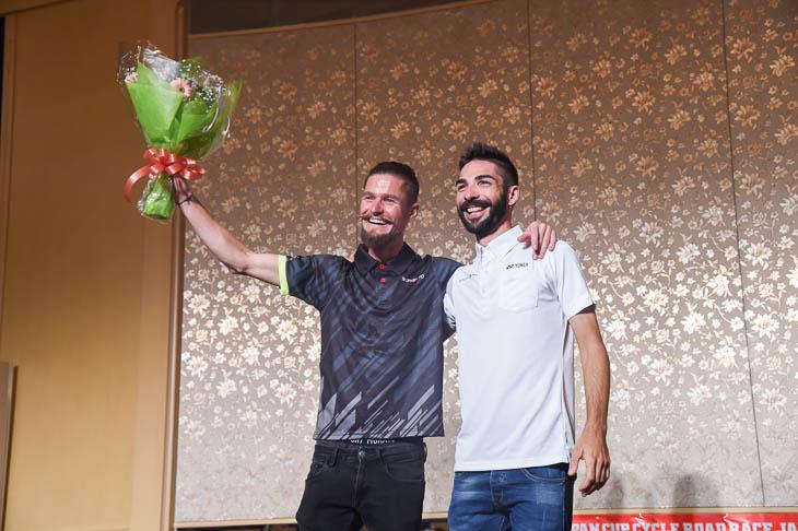 ジャパンカップ が引退レースとなったオスカル・プジョル(チーム右京)レースで共に逃げたマルコス・ガルシア(キナンサイクリングチーム)から花束が贈られた