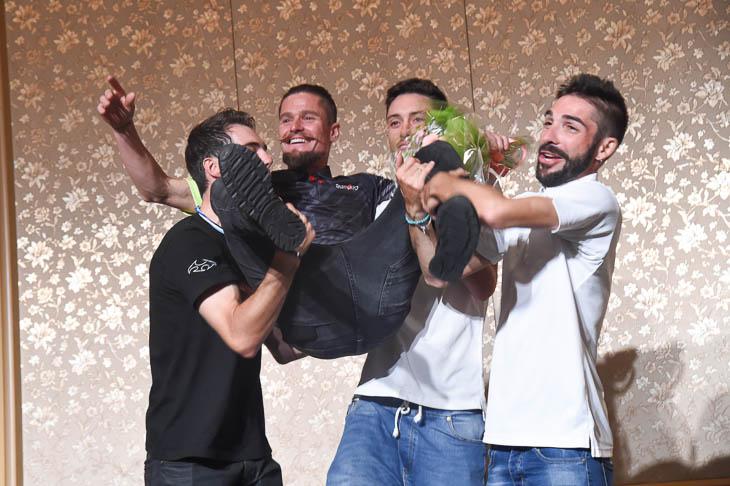 アイラン・フェルナンデス(マトリックスパワータグ )、サルバドール・グアルディオラ、マルコス・ガルシア(キナンサイクリングチーム)に胴上げされるオスカル・プジョル(チーム右京)