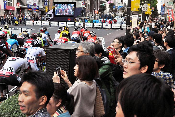 多くの観客が詰めかけ、コース脇から声援をおくる