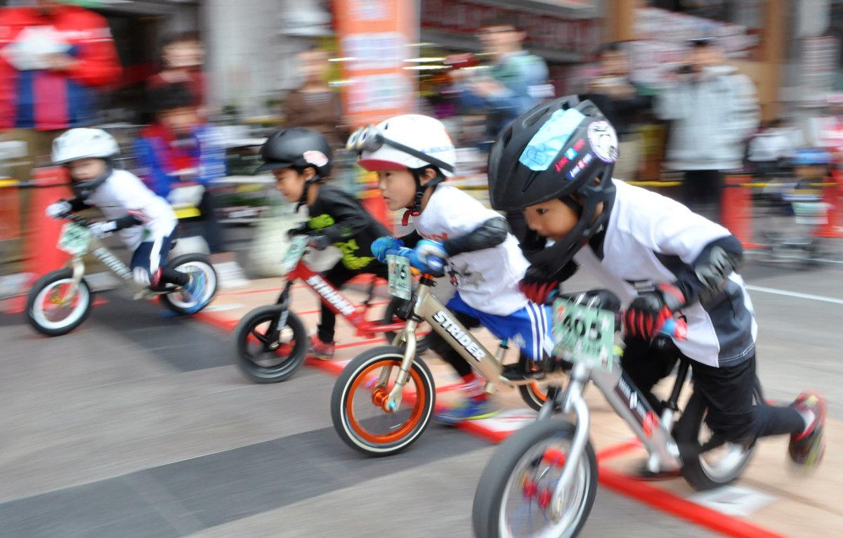 キックバイク大会で、力強くスタートダッシュする男の子たち