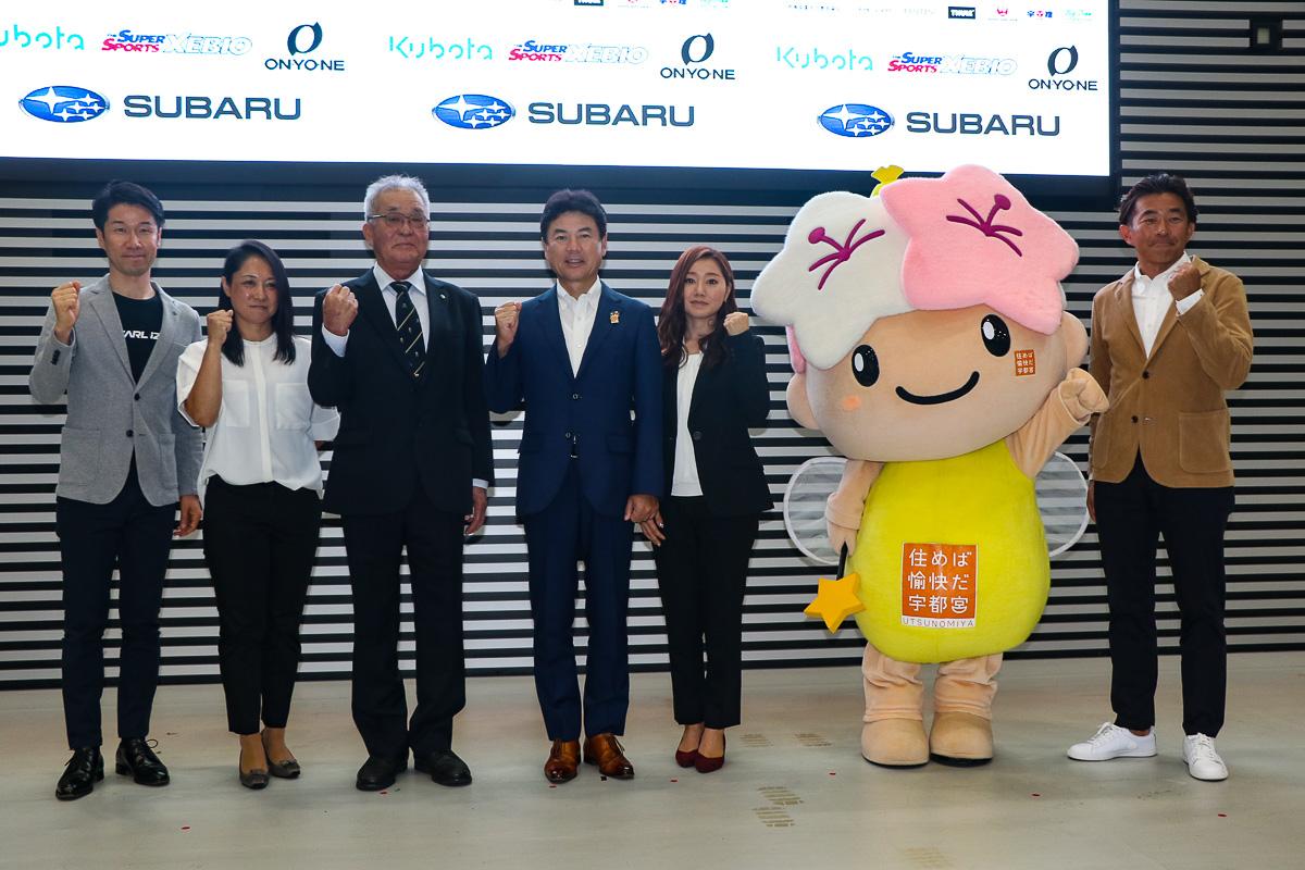 宇都宮市のマスコットキャラクター「ミヤリー」と、記者発表会に登壇した佐藤市長ら