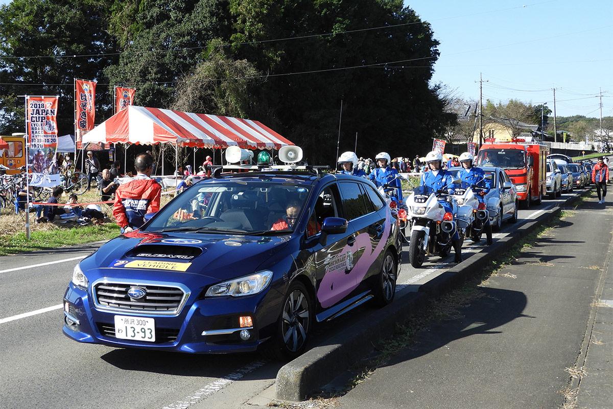 レーススタート前に大会スポンサー等の車両がコースを1周します