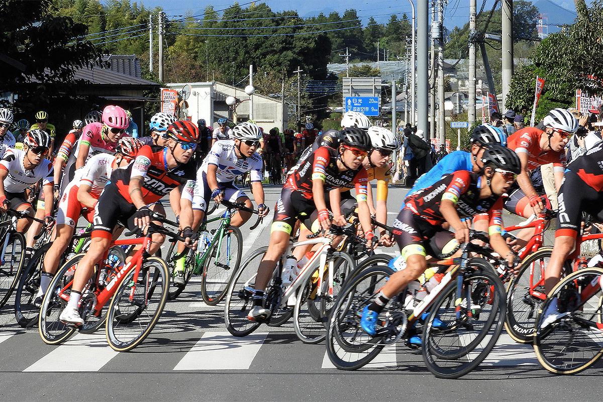 ハイスピードで県道から直角に左折する選手達の走りをご覧いただけます