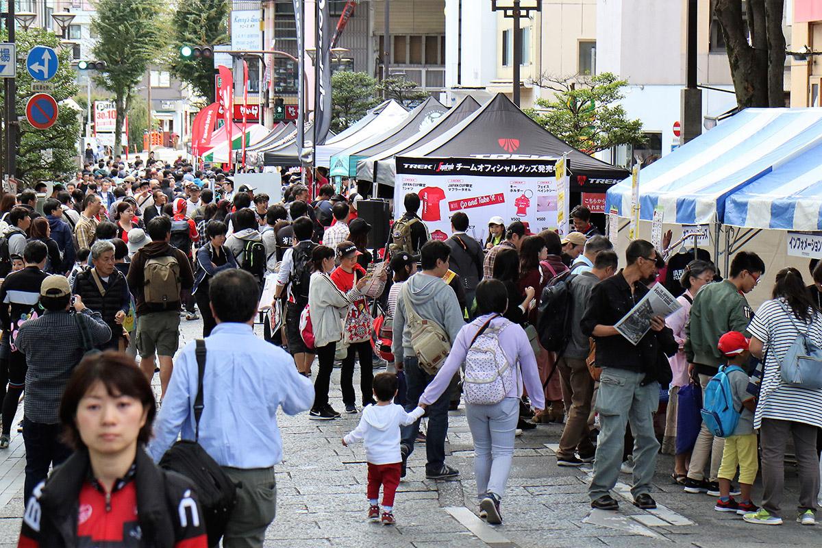 多くの人が足を運ぶジャパンカップストリート