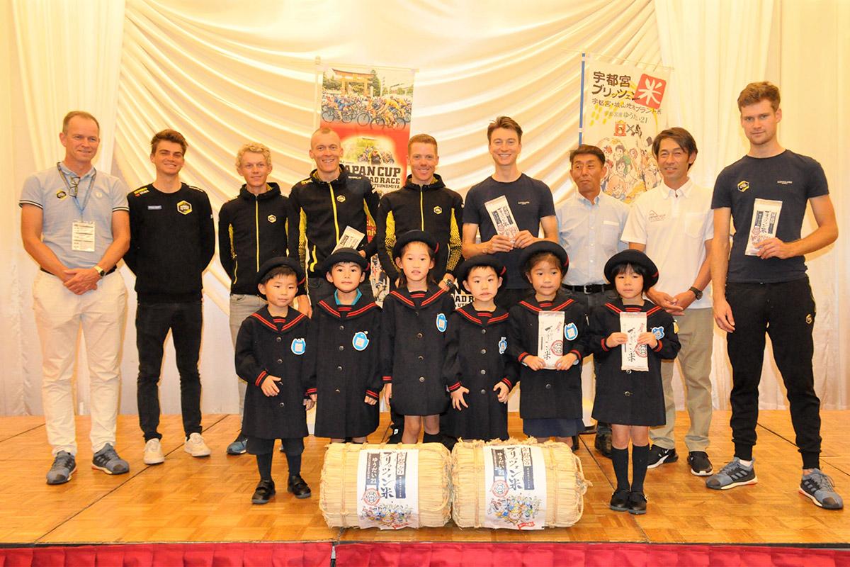 記念撮影する作新学院幼稚園の園児とチーム・ユンボ・ヴィスマの選手たち