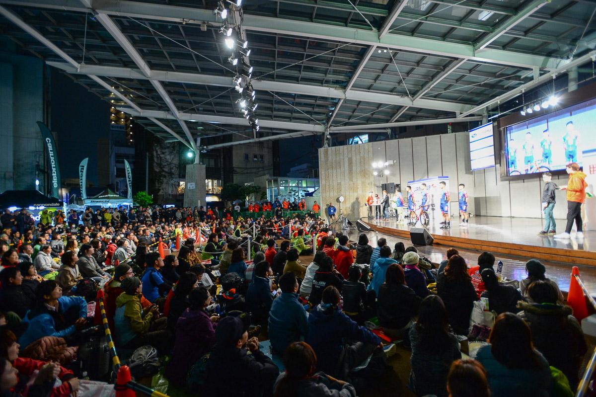多くの観客が詰めかけたオリオンスクエアにてチームプレゼンテーションが開催された