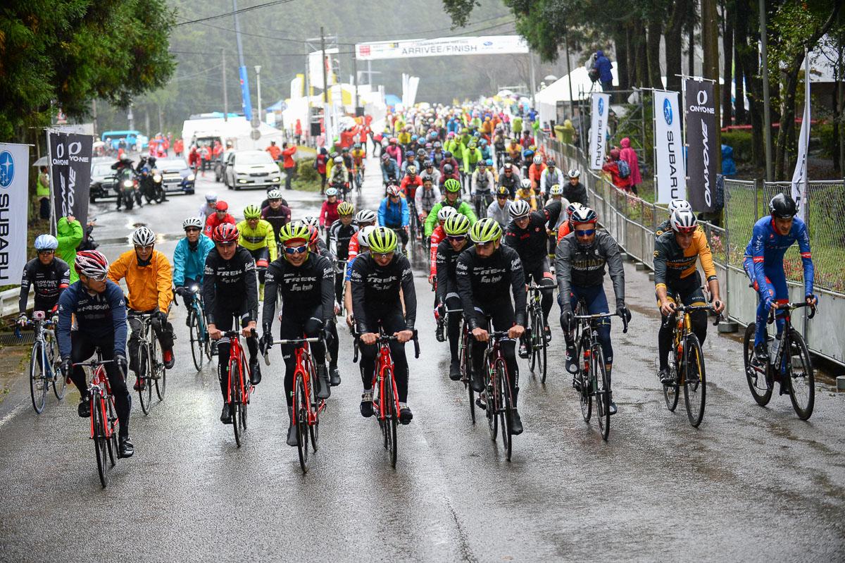 雨の中、トレック・セガフレードのメンバーを先頭にフリーランスタート