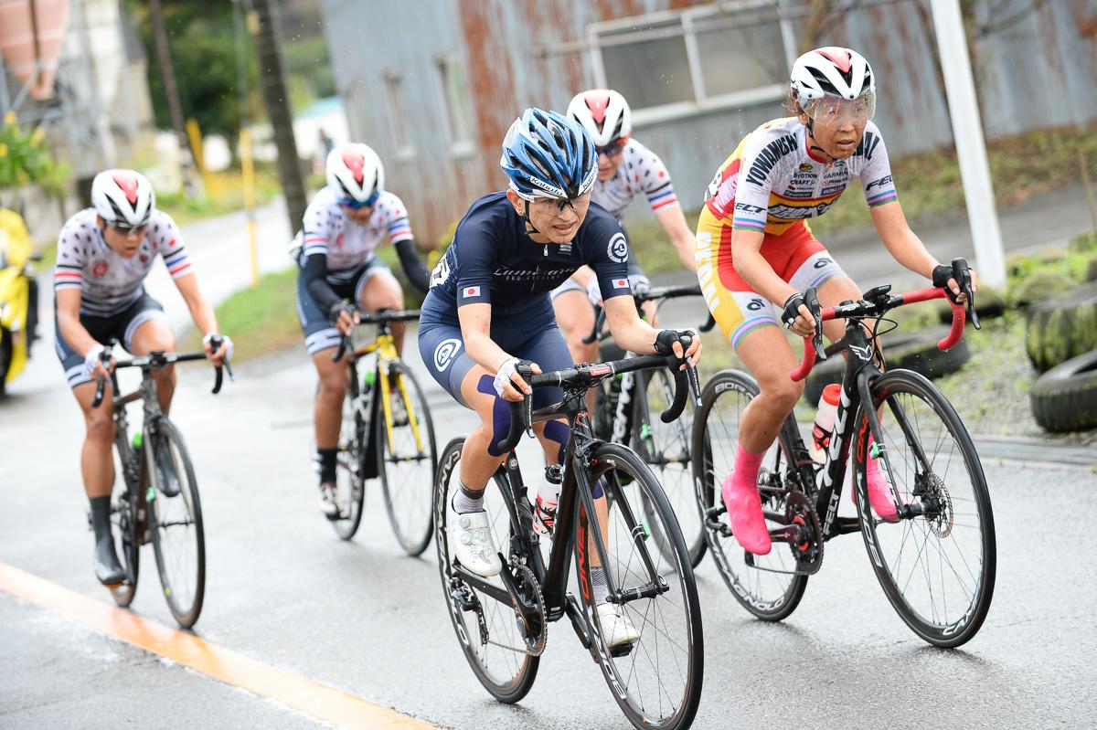 西加南子(LUMINARIA)、唐見実世子(弱虫ペダルサイクリングチーム)がハイアンビション・ウィメンの3人に食らいつく