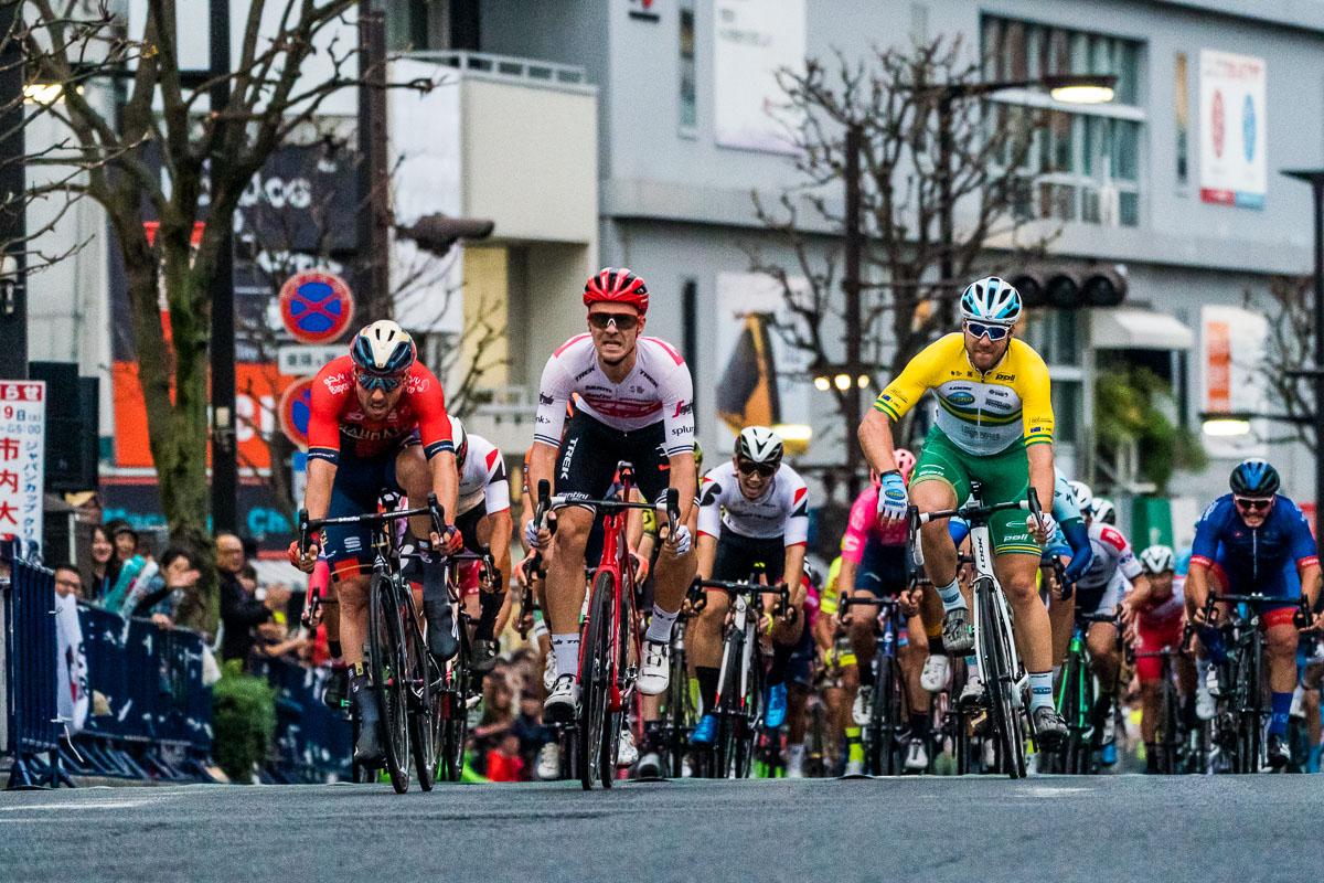 僅差でソンニ・コルブレッリ(イタリア、バーレーン・メリダ)を下したエドワード・トゥーンス(ベルギー、トレック・セガフレード)